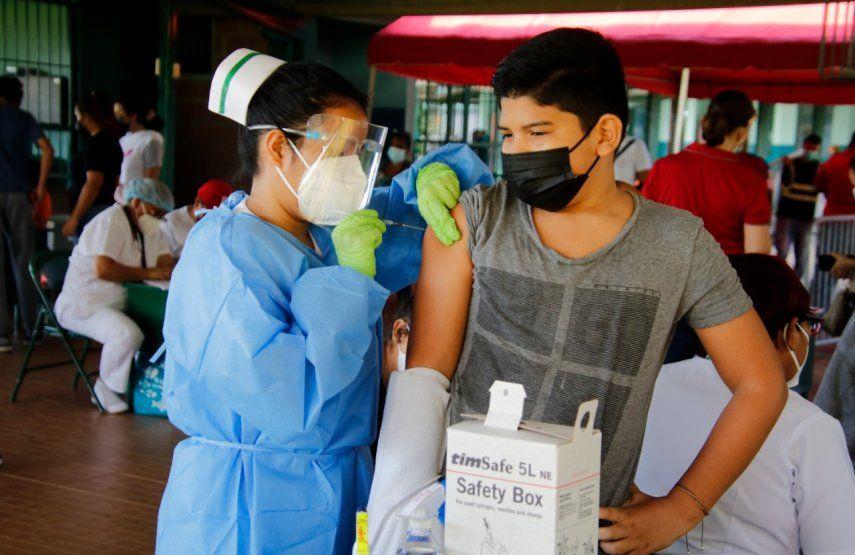 Adolescente recibe primera dosis de Pfizer durante barridos de vacunación en San Miguelito.
