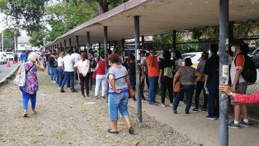 Largas filas se reportaron en el colegio José Dolores Moscote. Foto/Ciara Morris.