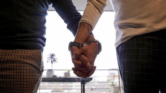 Las palabras hombre y mujer y la concepción de procrear para que sea considerado matrimonio es lo que el Parlamento debate cambiar actualmente. Foto/AFP